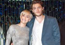 miley cyrus s brother dating her beau s sister
