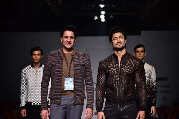 Vidyut Jammwal walked the ramp for designer Pawan Sachdeva, who showcased his menswear collection on the ramp for the first time at Amazon India Fahion Week Spring-Summer 2017.