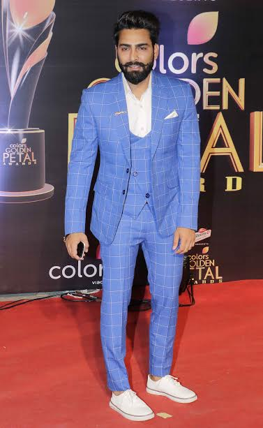 Bigg Boss 10 winner, Manveer Gurjar, who is now a celebrity, donned blue chequered suit. He was giving tough competition to all the actors with his dashing look.