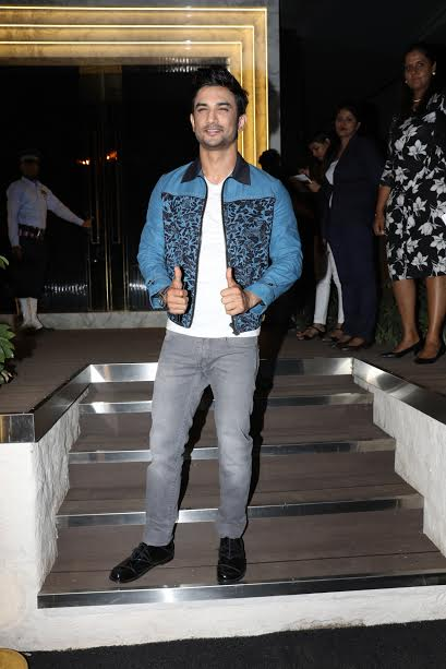 Sushant Singh Rajput gave a double thumb up.