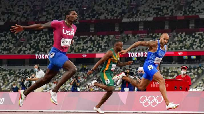 Lamont Jacobs, right, of Italy, wins the men's the 100-meter final at the 2020 Olympics